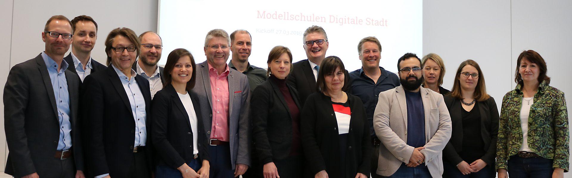 Header Bild Digitalstadt Darmstadt begleitet drei Darmstädter Schulen auf dem Weg zu Medienkompetenz vermittelnden Lehreinrichtungen