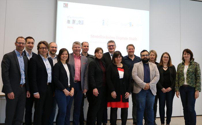 Digitalstadt Darmstadt begleitet drei Darmstädter Schulen auf dem Weg zu Medienkompetenz vermittelnden Lehreinrichtungen